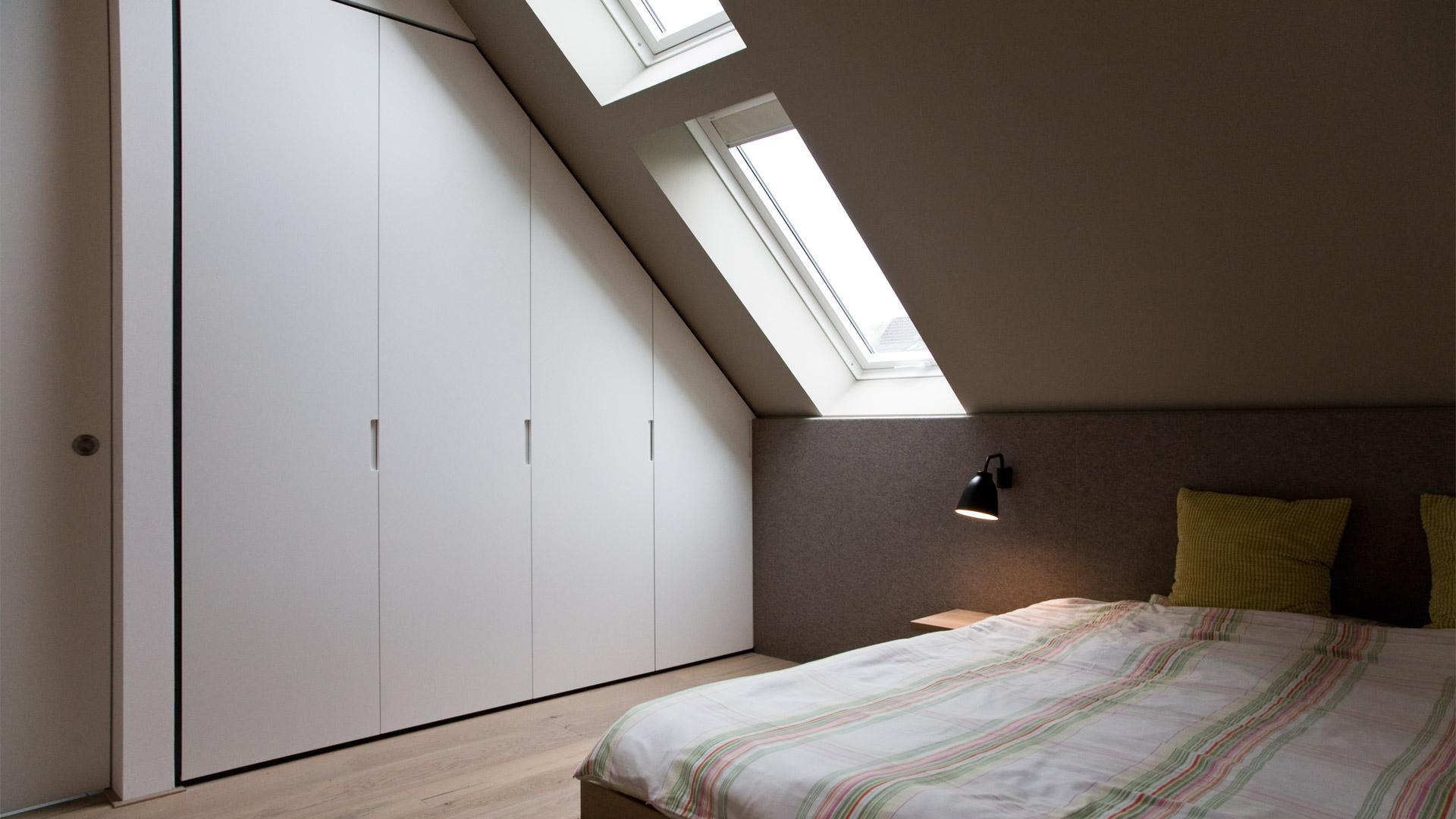 schlafzimmer im dachgeschoss mit besonderem filzkopfteil. Black Bedroom Furniture Sets. Home Design Ideas