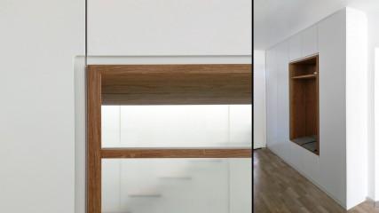 Dieleneinbauschrank mit Spiegel und Eichenholznische