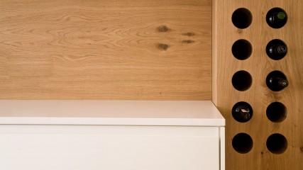 Design Schreiner Küche weiß Eiche mit Weinregal_Held Schreinerei | Interior Design Freising München 5