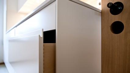 Design Schreiner Küche weiß Eiche mit Weinregal_Held Schreinerei | Interior Design Freising München 4