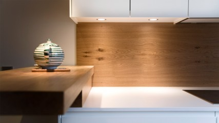 Design Schreiner Küche weiß Eiche mit Weinregal_Held Schreinerei | Interior Design Freising München 3