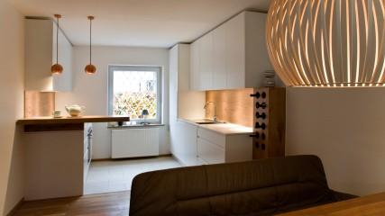 Design Schreiner Küche weiß Eiche mit Weinregal_Held Schreinerei | Interior Design Freising München 2