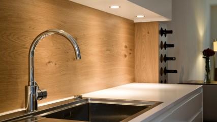 Design Schreiner Küche weiß Eiche mit Weinregal_Held Schreinerei | Interior Design Freising München 9