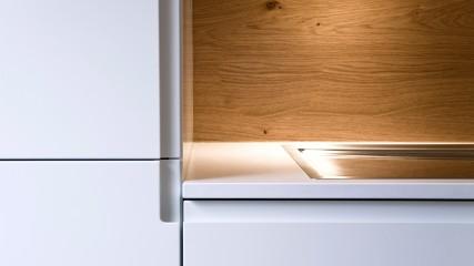 Design Schreiner Küche weiß Eiche mit Weinregal_Held Schreinerei | Interior Design Freising München 8
