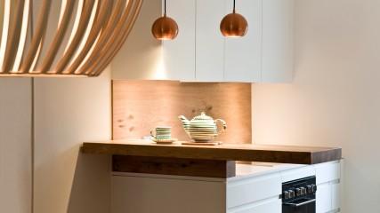 Design Schreiner Küche weiß Eiche mit Weinregal_Held Schreinerei | Interior Design Freising München 7