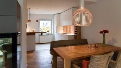 Design Schreiner Küche weiß Eiche mit Weinregal_Held Schreinerei | Interior Design Freising München 6