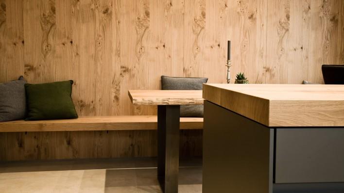Küche aus Eiche mit Essbereich und Wandverkleidung