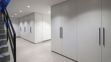 Held-Einbauschraenke_weiß mit schwarzen Griffen_Held Schreinerei Interior Design Freising München
