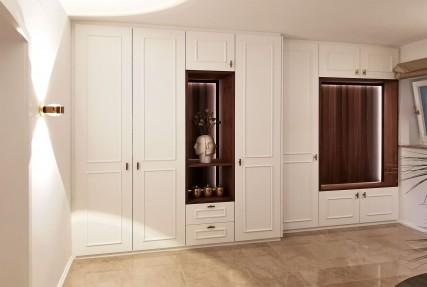 Held Schreinerei Interior Design - Einbauschrank in Weiß mit Nußbaumnischen - Fronten mit dezenter klassischen Rahmenoptik _ Freising München
