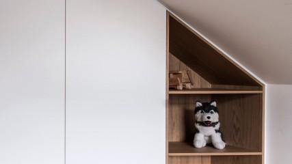 Einbauschrank in Dachschräge für ein Kinderzimmer in weiß matt mit Eichenholznische - Held Schreinerei | Interior Design Freising München