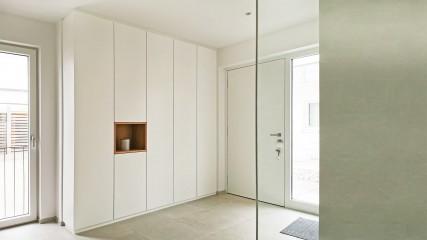 Dieleneinbauschrank in weiß matt mit Eichenholznische - Held Schreinerei   Interior Design Freising München